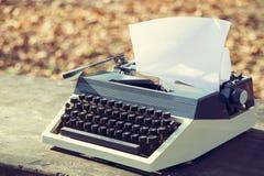 conceito retro da escrita - uma máquina de escrever velha para escrever o messis, telegramas, livros Fotos de Stock