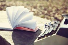 conceito retro da escrita - uma máquina de escrever velha para escrever o messis, telegramas, livros Foto de Stock