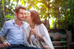 Conceito romântico Mulheres e homem asiáticos fotografia de stock