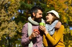 Conceito romance e quente da bebida Pares no amor foto de stock royalty free