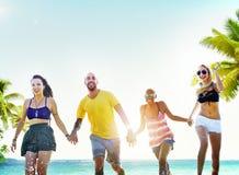 Conceito running do divertimento diverso dos amigos do verão da praia fotografia de stock
