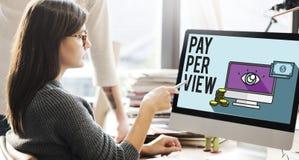 Conceito satisfeito da observação da lente de aumento do pay-per-view Fotos de Stock Royalty Free