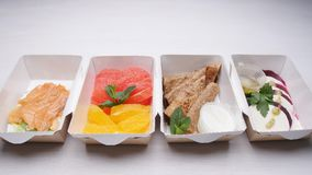 Conceito saudável da entrega do alimento Nutrição orgânica natural da aptidão para a dieta em uma tabela branca video estoque