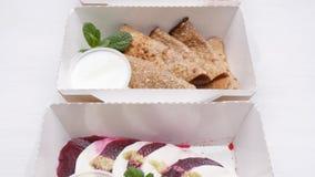 Conceito saudável da entrega do alimento Nutrição orgânica natural da aptidão para a dieta em uma tabela branca filme