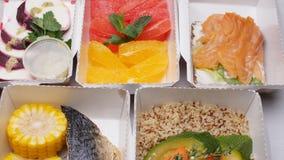 Conceito saudável da entrega do alimento Nutrição orgânica natural da aptidão para a dieta em uma tabela branca vídeos de arquivo
