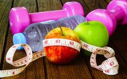 Conceito saudável da perda comer, de aptidão e de peso, fita métrica, a Foto de Stock Royalty Free