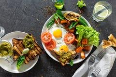 Conceito saudável da tabela de café da manhã Tabela de café da manhã Ovos fritados com vegetais imagem de stock royalty free