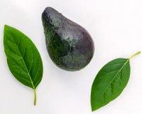 Conceito saudável do alimento Abacate e folhas frescos do close up no marbl Imagens de Stock
