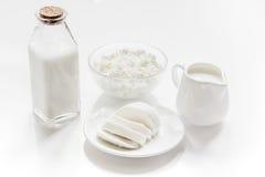 Conceito saudável do alimento com leite e requeijão na tabela branca imagens de stock royalty free