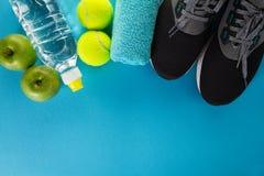 Conceito saudável do esporte da vida Sapatilhas com bolas de tênis, toalha Fotos de Stock Royalty Free