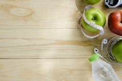 Conceito saudável do estilo de vida Maçãs verdes e vermelhas, água na mesa Imagem de Stock