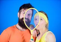 Conceito saudável do estilo de vida Pares do homem e da mulher no amor com equipamento de esporte da raquete de tênis Exercício e imagens de stock royalty free