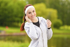 Conceito saudável do estilo de vida: Retrato da mulher desportivo bonita Fotos de Stock
