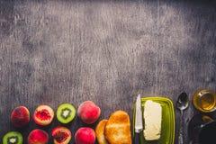conceito saudável do pequeno almoço Brindes com manteiga, mel, frutos e chá sobre o fundo de madeira escuro toned Fotografia de Stock
