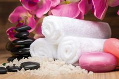 Conceito saudável dos termas com toalhas e pedras do zen foto de stock