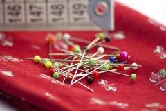 Conceito Sewing: tela, pinos e fita do mesure Imagens de Stock