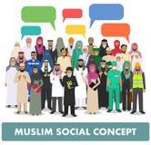 Conceito social Agrupe a ocupação árabe muçulmana das profissões dos povos que estão junto e a bolha do discurso no terno diferen Imagens de Stock