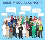 Conceito social Agrupe a ocupação árabe muçulmana das profissões dos povos que estão junto e a bolha do discurso no terno diferen Foto de Stock