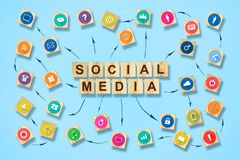 Conceito social dos meios com ?cones sociais em blocos de madeira Fundo para um cart?o do convite ou umas felicita??es fotos de stock