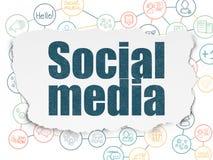 Conceito social dos meios: Meios sociais no fundo de papel rasgado Imagem de Stock