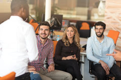 Conceito Startup da reunião de sessão de reflexão dos trabalhos de equipa da diversidade imagem de stock royalty free