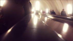 conceito subterr?neo do metro povos no passeio do metro uma escada rolante multidão de vídeo borrado povos do estilo de vida vídeos de arquivo