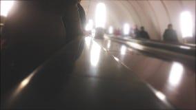 conceito subterr?neo do metro povos no passeio do metro uma escada rolante multid?o de v?deo borrado estilo de vida dos povos video estoque