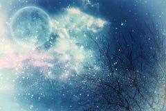 Conceito surreal da fantasia - a Lua cheia com estrelas brilha no fundo dos céus noturnos imagens de stock royalty free