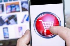 Conceito, telefone celular ou smartphone em linha da compra com carro Fotografia de Stock Royalty Free
