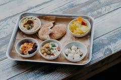 Conceito tradicional do alimento de Israel Bacia de prato exótico na bandeja Hummus, vegetais com especiarias Pão do pão árabe Pe imagens de stock
