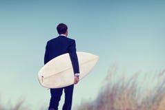 Conceito tropical das férias de Surfboard Beach Summer do homem de negócios imagem de stock royalty free