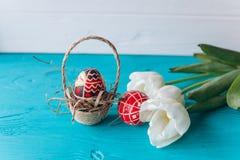 Conceito, tulipas e ovos da Páscoa em um fundo de madeira Fotografia de Stock Royalty Free