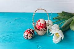 Conceito, tulipas e ovos da Páscoa em um fundo de madeira Imagens de Stock Royalty Free