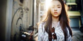 Conceito urbano chique da mulher da cena da cultura de juventude foto de stock royalty free