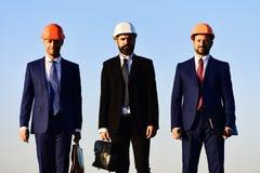 Conceito urbano da construção e do negócio Trabalhadores e reunião da posse do coordenador imagens de stock
