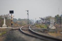 Conceito velho horizontal do estação de caminhos-de-ferro e da estrada de ferro imagens de stock