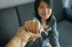 Conceito verdadeiro da amizade, amante asiático dos pares guardando as mãos para incentivar junto em período de problemas da dece imagem de stock