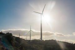 Conceito verde da energia renovável - turbinas do gerador de vento no céu imagem de stock
