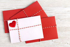 Conceito vermelho do cumprimento do coração, do Valentine Day, do amor ou do casamento do correio do envelope Fotos de Stock Royalty Free