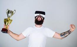 Conceito virtual da realização O moderno na cara feliz ganhou o campeonato virtual O indivíduo com vidros de VR ganhou o campeona imagens de stock