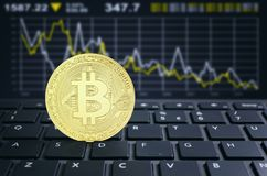 Conceito virtual do cryptocurrency do teclado do portátil de Bitcoins ilustração royalty free