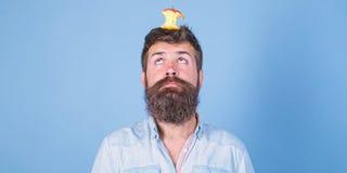 Conceito vivo do alvo Coto quase comido longo da maçã da barba do moderno considerável do homem na cabeça como o alvo Objetivo da imagens de stock