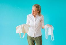 Conceito waste zero Mulher que escolhe usar o saco do multi-uso em vez do plástico foto de stock