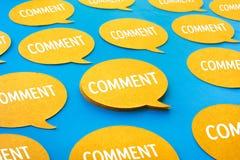 Conceitos com bate-papo amarelo, ícones do comentário da bolha do discurso no fundo azul da cor fotografia de stock royalty free