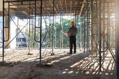 Conceitos, coordenador e arquiteto da construção trabalhando no canteiro de obras Imagem de Stock Royalty Free