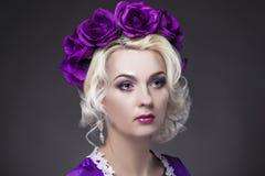 Conceitos da beleza Retrato do close up do modelo fêmea louro caucasiano Fotos de Stock Royalty Free