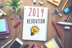 2019 conceitos da definição do ano novo com texto no caderno e na tabela de trabalho dos acessórios fotografia de stock