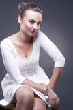 Conceitos da forma e da beleza Retrato da mulher caucasiano glamoroso à moda no vestido branco contra o cinza Fotos de Stock Royalty Free