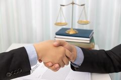 Conceitos da lei, do advogado e do homem de negócios agitando as mãos no escritório após ter discutido papéis do contrato e de ne imagem de stock royalty free