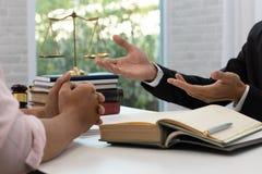 Conceitos da lei, do advogado e do homem de negócios discutindo o contrato e os papéis de negócio fotos de stock